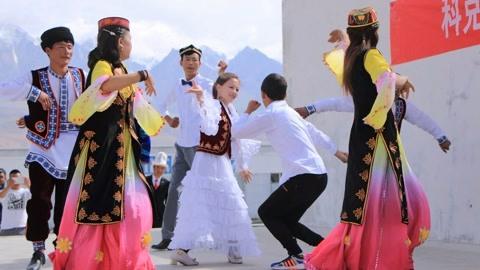 """新疆唯一""""原生""""白种人:美女数不胜数,但就是不与外地人通婚"""