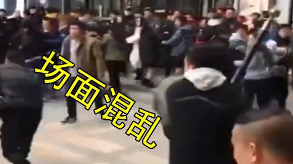 几男子因排队抽签买鞋起争执 当街上演精武门 围观群众不停起哄!