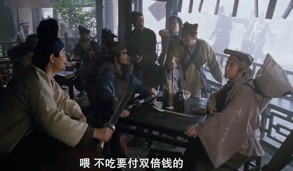 霸道餐馆强制给客人上面,客人不吃要付双倍价,不料客人人多势众