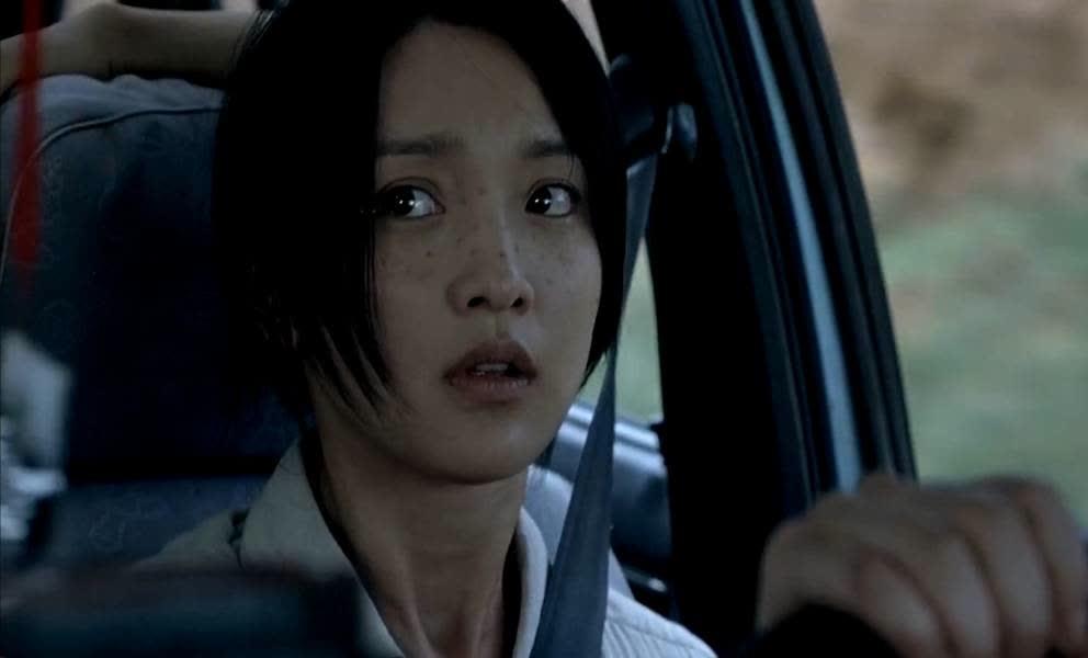 周迅发觉乘客不对劲,立马刹车想逃跑,可女人哪是两个男人的对手