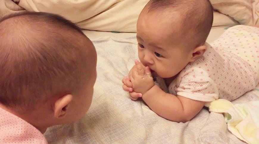 可爱的双胞胎小姐妹用婴儿语面对面尬聊,你猜她们在说些啥?