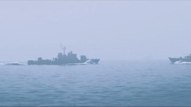 这就是海上拼刺刀,军舰狭路相逢,勇者胜,太惊险刺激了