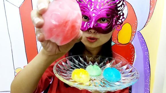 吃货吃彩冰,面罩小姐姐吃小金龟子形状的彩色冰块