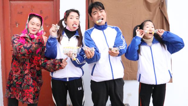 千万姐弟拿十二星座糖,和小伙伴分享着吃,感情真好