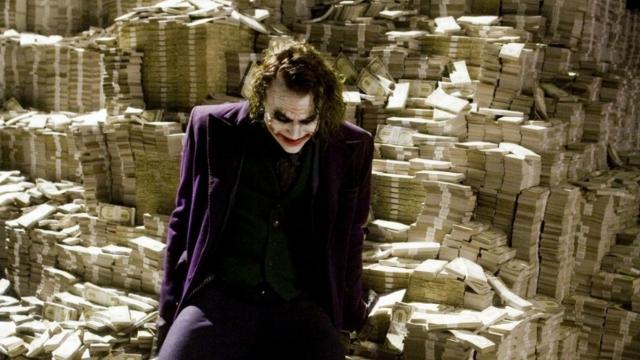 速看《蝙蝠侠:黑暗骑士》,小丑用一屋子的钱,与蝙蝠侠对抗