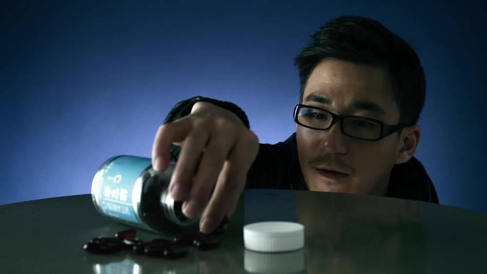 一瓶维他命C药片,经医师检查核实是抗排异药物,这是怎么回事?