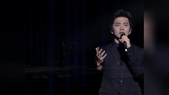 李健深情演唱《假如爱有天意》现场观众纷纷鼓掌,唱得太好听了