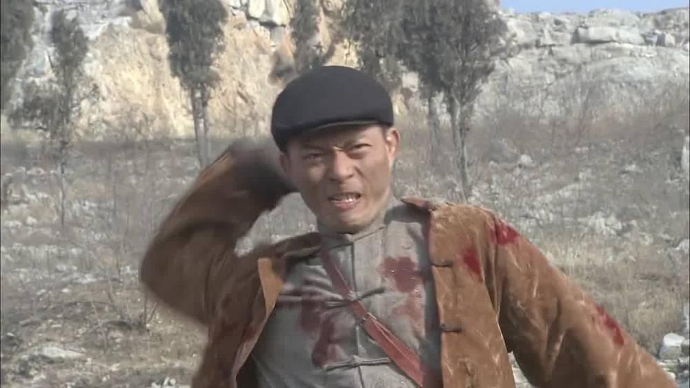 兄弟被汉奸开枪打死,小伙拿起兄弟的枪就冲,浴血拼杀汉奸