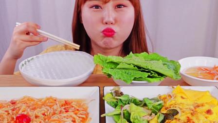 美女吃播大胃王,越南式煎饼、泰国的芭芭雅沙拉生蔬