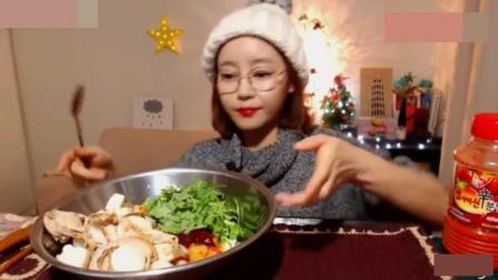秋霞影院韩国美女吃一大盘扇贝肉拌饭,放超多青辣椒和辣椒面,辣哭了