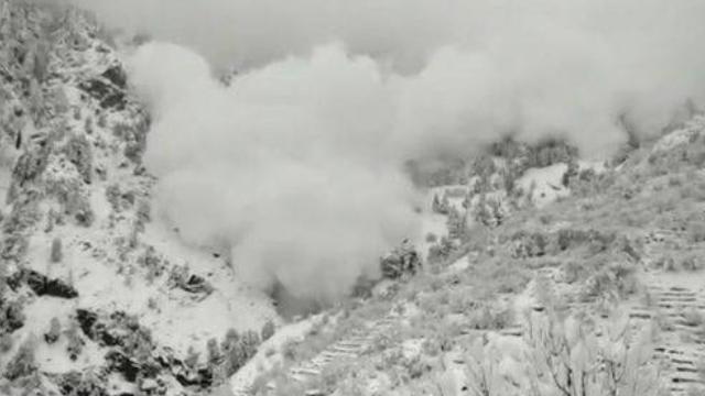 喜马拉雅山突发雪崩 万吨雪瞬间崩塌场面惊人