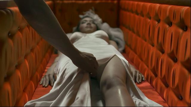 遗体化妆师打开棺材后,发现一位漂亮的尸新娘,还动了歪心思