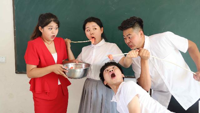 """挑战""""一米长的筷子吃西瓜"""",女同学一人就把西瓜吃完了"""