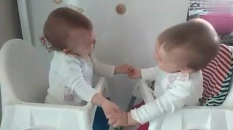 双胞胎宝宝面对面坐着手拉手聊天,互摸对方的样子太萌了!