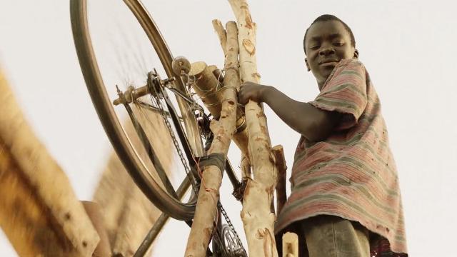 全村干旱无收,男孩靠一辆自行车解决问题,让全村致富