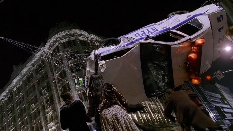 车子差点砸到路人,还好蜘蛛侠及时出现,用蛛丝拉住车子