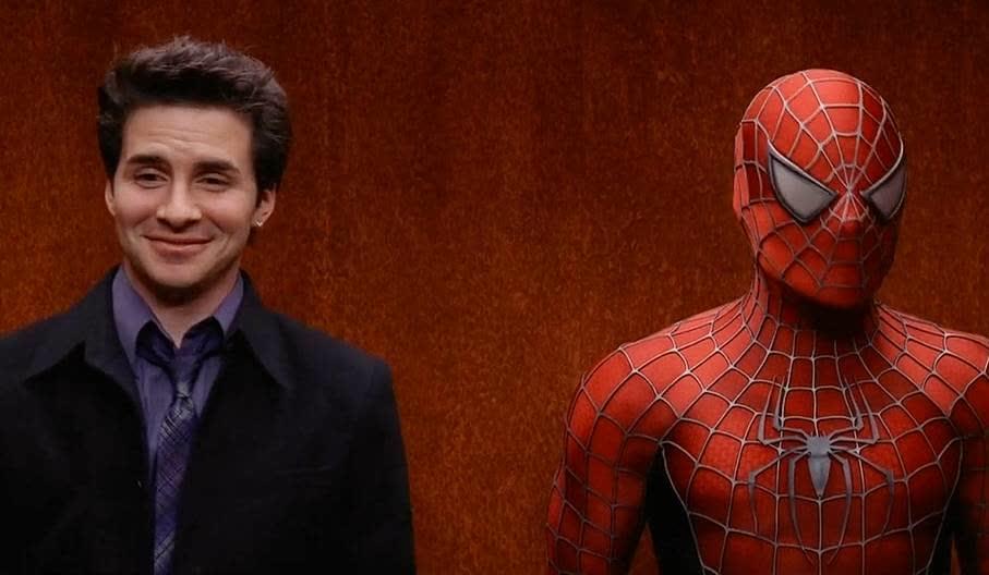 男子和蜘蛛侠坐一个电梯,激动得不行,这表情太逗了